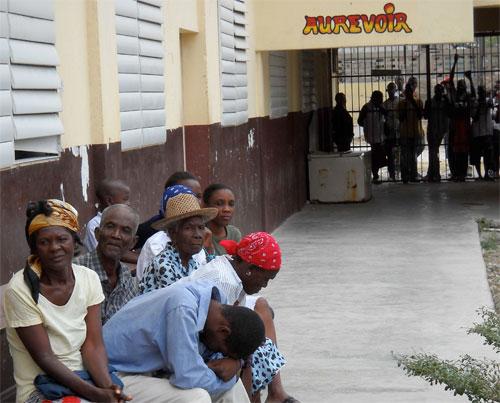 Port-au-Prince, persone in attesa all'ospedale.