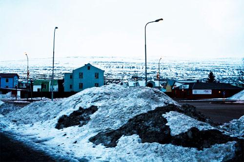 Akureyri: cumuli di neve ammassati lungo la strada