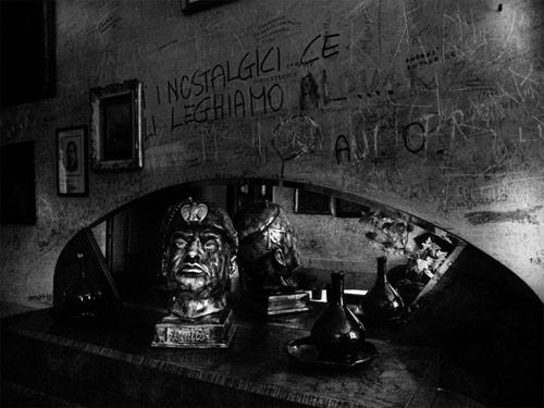 Busto del Duce in un bar